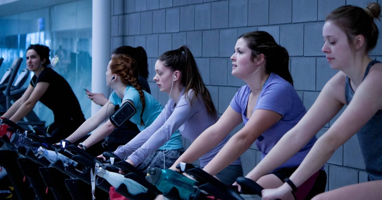 mujeres haciendo spinning con reserclass